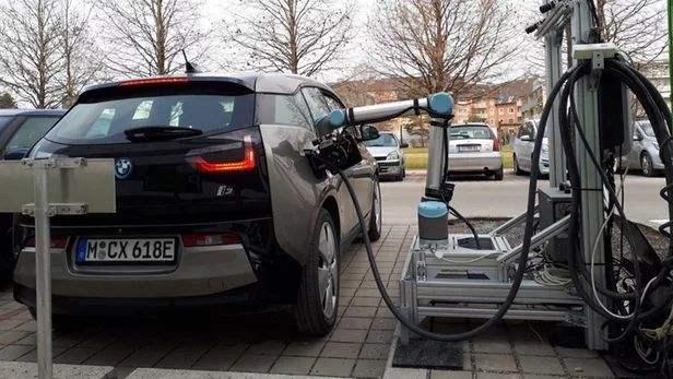 德国格拉茨技术大学研发出,由机器人控制的电动汽车快速充电系统