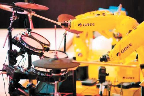格力公司工业机器人乐队亮相智博会,现场合奏《歌唱祖国》