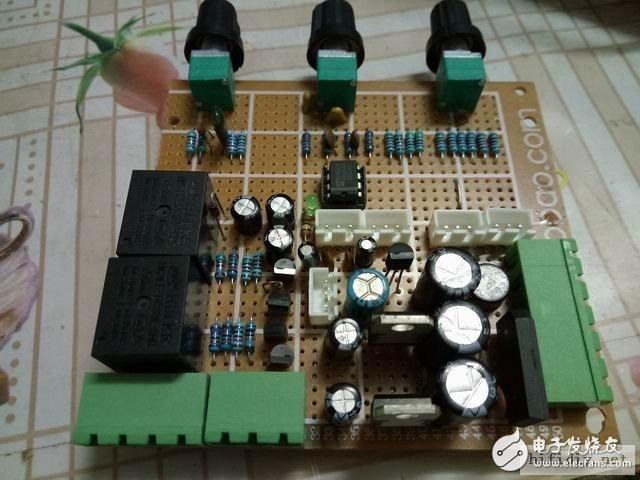 高中低音音调板,包含前级电源和扬声器保护电路。