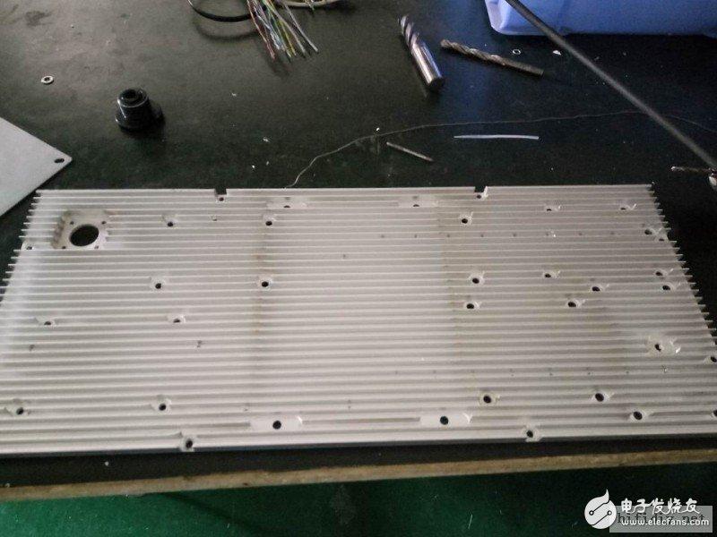 这是一个监控设备上用的铝板,刚好用于做功放,连壳子都有,省了造机箱的麻烦,把孔位打好就行,还要用铣刀 ...