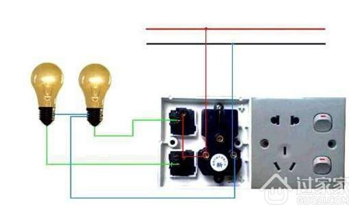 自带蓄电池应急照明灯具的常用控制及接线如图2与图3所示。与普通照明接线相比,在图中首先是在出线回路中增加了一根控制线及与其串联的交流接触器的主触点,并用熔断器对充电线路进行保护。 尽管应急照明的控制有多种方式,但其原理是相同的,当手动时,按下开灯按钮S1,接触器线圈KM得电,其常开触点闭合,接触器完成自锁,灯具点亮;自动时,火灾自动报警联动触头K接到来自火灾探测器的信号后闭合使得接触器线圈KM得电,其常开触点闭合,接触器完成自锁,灯具点亮。按下关灯按钮S2后,接触器线圈失电,其常开触点复原,受控灯灭。