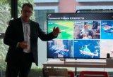 Chad Sparks为媒体展示了贝尔全新的空中...