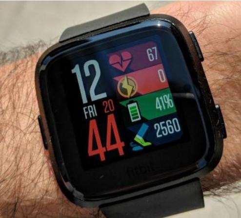 """菲特比特推出新款智能手表""""Versa""""可以帮助你..."""