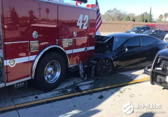 特斯拉再次撞上消防车,自动驾驶系统就这么的不安全...