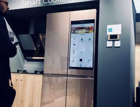 海信自主研发制造的目前全球最大的触控屏智能冰箱亮...