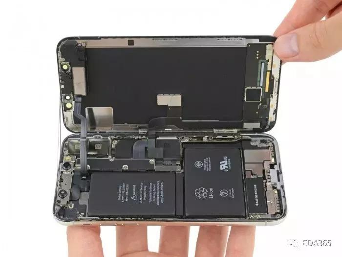 Galaxy Note 8 为 12.71Wh 很难令人相信,苹果居然在同iPhone7差不多大小的机身中,塞入了同iPhone6SPlus(2750mAh)一样的大容量电池。 Face ID面部识别模块  iphone前置摄像头  这就是iPhoneX的面部识别模块,也是目前最小,也是最精确的面部识别模块,由三个部分组成。 首先使用泛光照明器用红外线照亮你的脸,但是我们人眼是无法感知到的,只有在相机的摄像头下才能看到这一过程。 然后用红外点阵投影仪(橙色的部分)在脸上投射上万个网格点来创建3D人像视图,