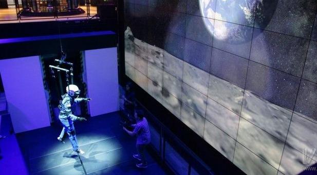 三星展示了最新的VR體驗,讓公眾體驗遨游太空的感...