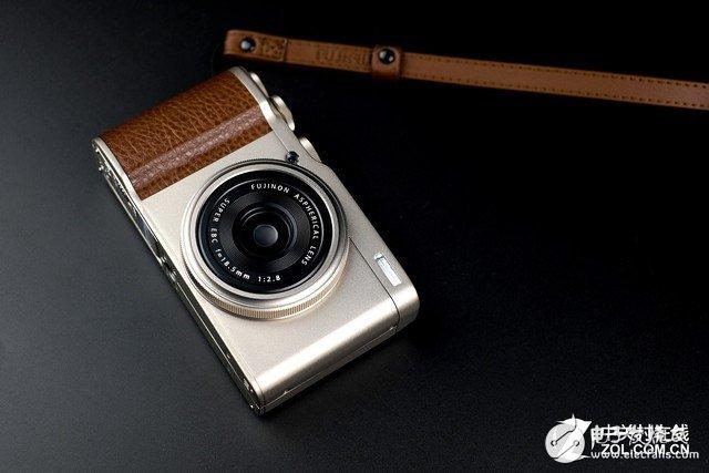 富士XF10便携相机,搭载18.5mm定焦镜头等效焦距约为28mm有效像素高达2420万
