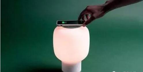 设计师研发可实现远程控制和无线充电的智能台灯