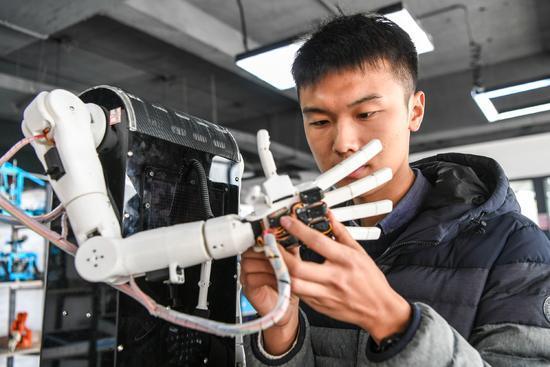 大学生自主研发手语翻译机器人 将服务更多聋哑人