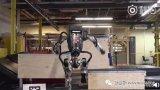 """波士顿动力机器人Atlas跳过一段木桩,随后完成单腿""""三连跳箱子"""