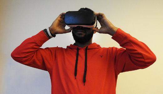 """虚拟现实行业的""""工伤"""",工程师表示:戴头盔太久,天天头晕想吐"""