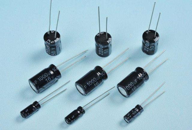 为何在某些电路设计中将两个电解电容反相串联?