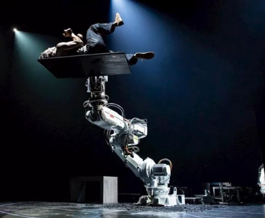 ABB机器人与人完美协作表演现代舞,展示了人与机器人合作的未来
