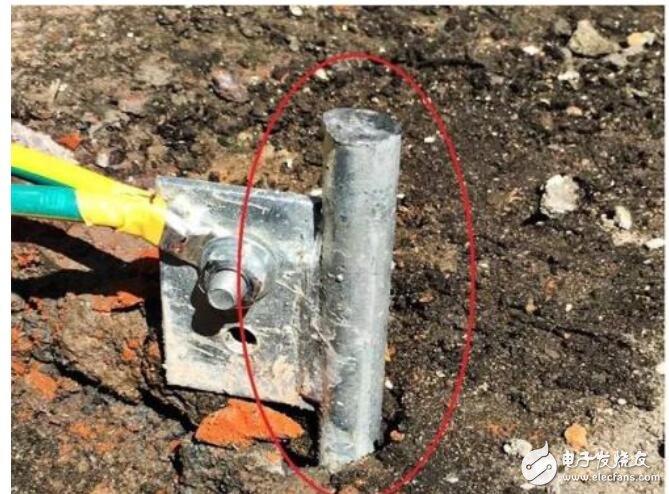 重复接地就是在中性点直接接地的系统中,在零干线的一处或多处用金属导线连接接地装置。在低压三相四线制中性点直接接地线路中,施工单位在安装时,应将配电线路的零干线和分支线的终端接地,零干线上每隔1千米做一次接地。对地点超过50米的配电线路,接入用户处的零线仍应重复接地,重复接地电阻应不大于10欧。   1.