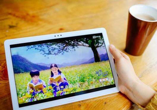 荣耀平板5拥有蓝光过滤护眼模式,长时间的阅读小说眼睛也不会干涩疲劳