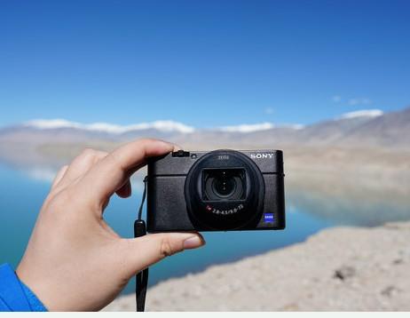 索尼黑卡RX100M6相机体积小巧性能十分强大拥有约2010万的有效像素
