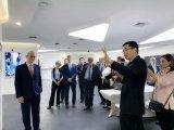 访问团全面了解和体验了商汤科技创新AIlong88.vip龙8国际及应用