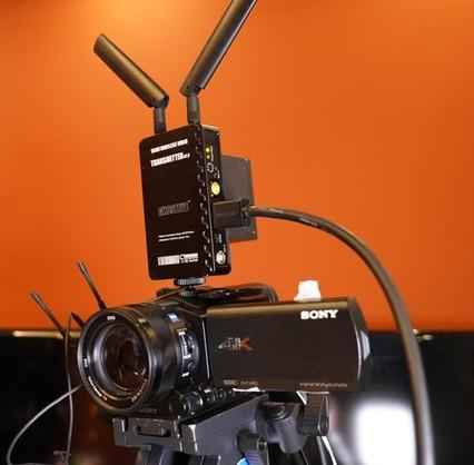 索尼FDR-AX700摄像机搭载光学防抖镜头可以适应任何复杂的直播场景