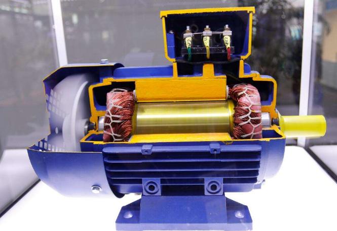 而三相异步电机,三相是指电压是三相电,供电方式是120电角度产生交变磁场,带动电机工作。三相是三相交流之意,异步是相对同步而言,其转子转速不等于同步转速而成一定的差值,相关参数参照转差率。同步与异步根本的区别在于有无励磁,异步电机靠电磁感应在转子上上产生电势形成电流,在定子形成的磁场下受磁场力而转动,所以先提条件是有转差,有转差就会切割磁场,才会产生力。三相异步电动机的异步的含义是,在电动工作状态时转子的转速永远低于同步转速。