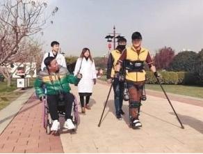 穿戴外骨骼机器人助力瘫痪小伙挑战全程马拉松行走