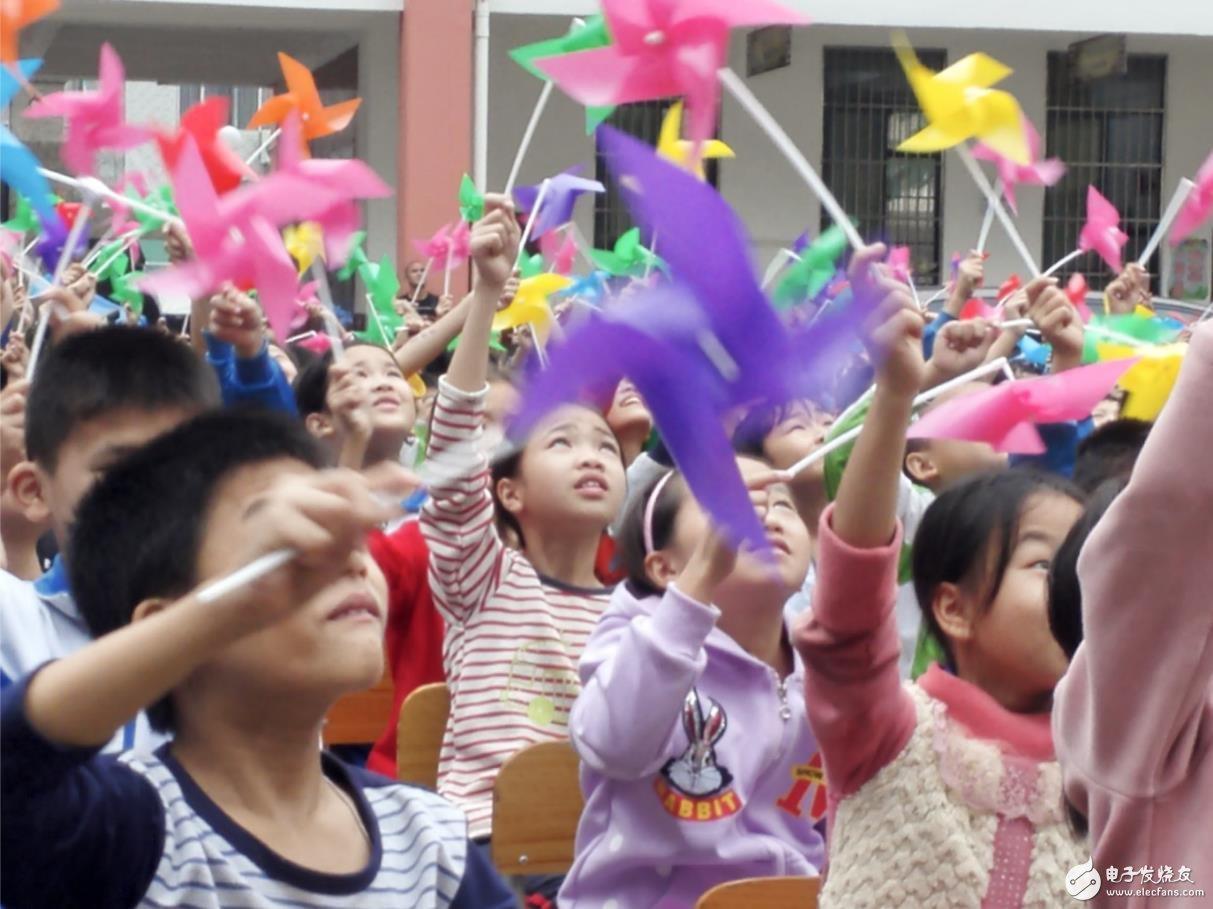 希望小学的孩子们为学校的落成欢呼