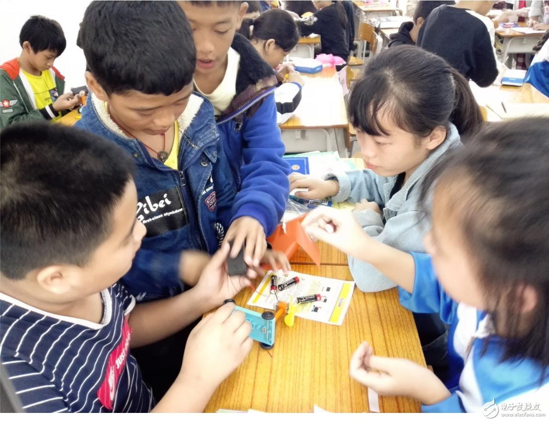 学生们在动手组装的过程中,增加了对科学技术的兴趣,开拓了视野