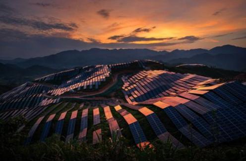 新能源产业是重要增长极,市场份额分散且竞争日益激...