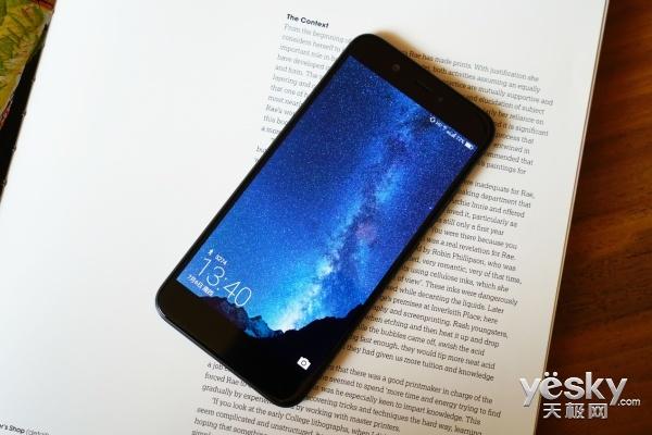 、3.5mm耳机孔,以及用来固定机身用的两枚梅花螺丝。海信手机H10在这么薄的机身下,依旧没有放弃耳机孔,给个好评! 软硬结合的Vision 4 在如今这个性能过剩的时代,大多数人更注重的是软件系统,海信手机H10搭载的是基于安卓7.1.2深度定制的Vision 4系统,其实这个系统笔者在年初的海信双屏手机A2上就有体验,对于这个系统的印象还算不错,那么经过了几个月的优化与提升,目前Vision 4的表现如何?请接着往下看~     界面上最明显的变化要属全新的主题,为了与海信手机H10更加搭配,Visi