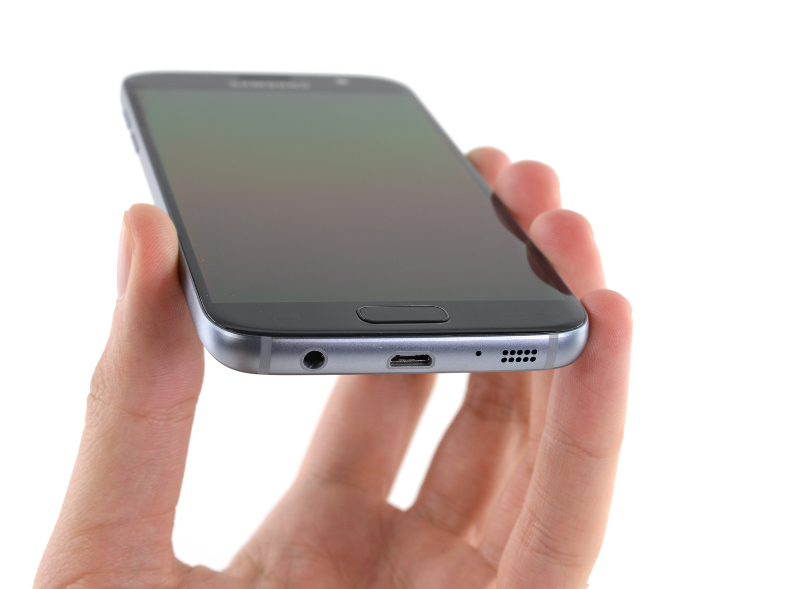 三星Galaxy S7对比 当然选用Micro USB也有一个好处就是方便,外出时也不必携带转接设备,毕竟目前各种智能终端(包括智能硬件)的主要接口同样是Micro USB。不过随着智能手机产业进一步发展,标准化是必然的,向着Type-C倾斜也是必然,届时三星全面转向Type-C也不算晚。 3三星Galaxy S7拆解 三星Galaxy S7拆解 三星Galaxy S7机身外部没有螺丝,这自然进一步提升了整机颜值,同时也在一定程度上降低了拆解难度。