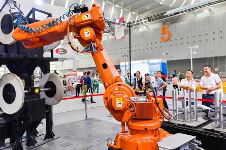 国产机器人的技术水平与德、日领军企业相比仍然有很...