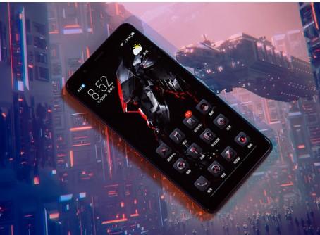 红魔Mars电竞手机搭载了RGB灯可以根据不同的游戏节奏变换颜色