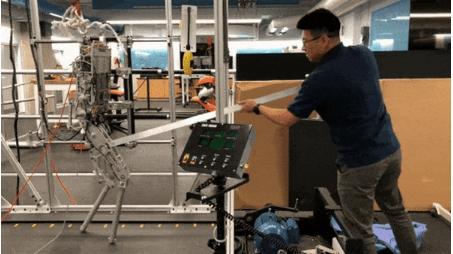 人形机器人自主移动测试 或将助力残疾人重新站起来