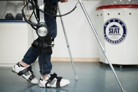 外骨骼机器人利用传感器读取人体运动意图 助力残疾人正常行走