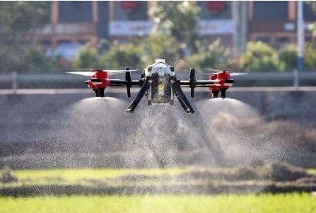 利用农业无人机喷农药,效率高达人力的30倍