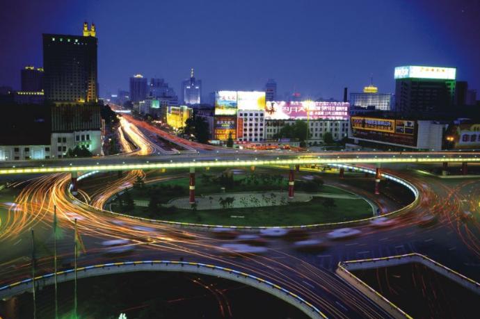 河南首条智慧斑马线亮相 由LED发光地砖和立式信...