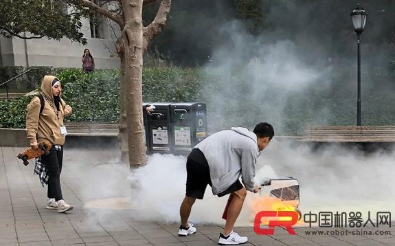 美国无人配送机器人突然起火自燃 事故原因是电池故...