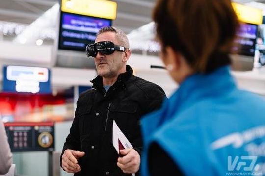 英航客户在机场测试最前沿的虚拟现实long88.vip龙8国际 乘客可获360°商务舱体验
