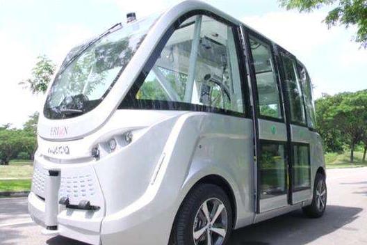印度大学生打造了一款太阳能无人驾驶巴士 该车的最高时速可达30公里