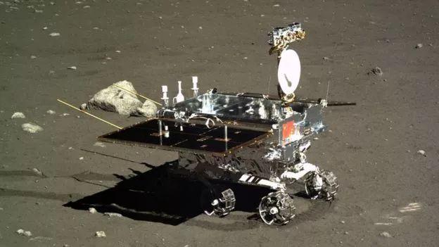 """2013年,嫦娥三号带着月球车""""玉兔""""软着陆在月球雨海西北部的虹湾"""
