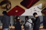 苹果公司在20多年来第一次调低了圣诞假日季度的业...