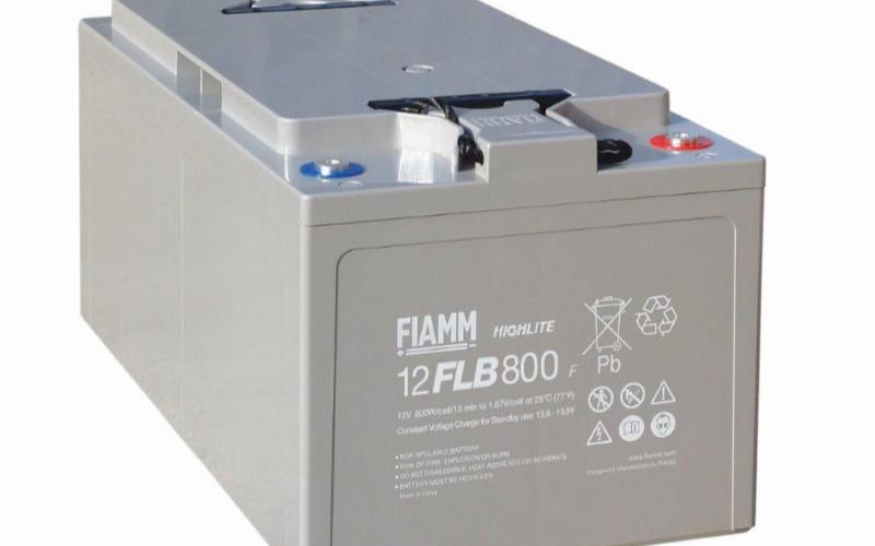 。 附图电路的A、B端是电池的工作负载( LOAD),该负载在充电时,可以断开,待充电完成之后,再把负载接上,以便电源按正常方式工作。 电路外接充电器充电时,如充电器的最高输出电压14.2-14.4V,在充电初期+12V蓄电池按常规的欠压(10.5V)状态慢慢上升,当电池电压达到稳压管D1的击穿电压(十13.