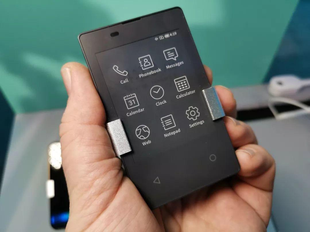 亚博CES上出现的一款超轻薄的迷你手机Card Keitai KY-01L