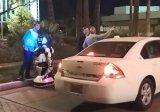 一辆特斯拉汽车撞倒了在路边停留的机器人