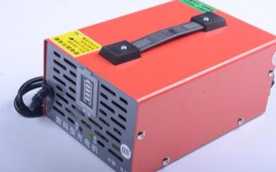 采用简单实用的电路实现步进充电方式,即在充足的太阳光下,一个蓄电池