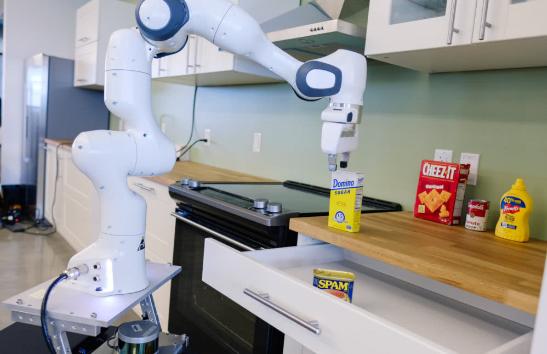 英伟达机器人实验室专注于厨房辅助机器人等10多个项目