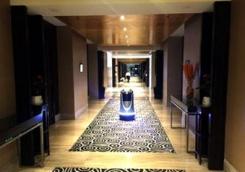全球第一家机器人酒店近日丢弃一半机器人