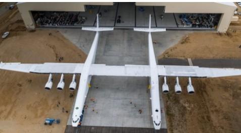 世界最大飞机Stratolaunch进行滑行试验...