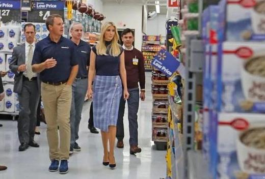 伊万卡体验了一把沃尔玛超市的VR培训技术