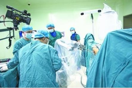 湖北首秀第三代国产骨科手术机器人 解决了骨科手术的三大难题